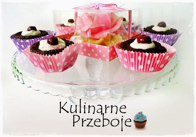 Serniczki z wiśniami i czekoladowym spodem