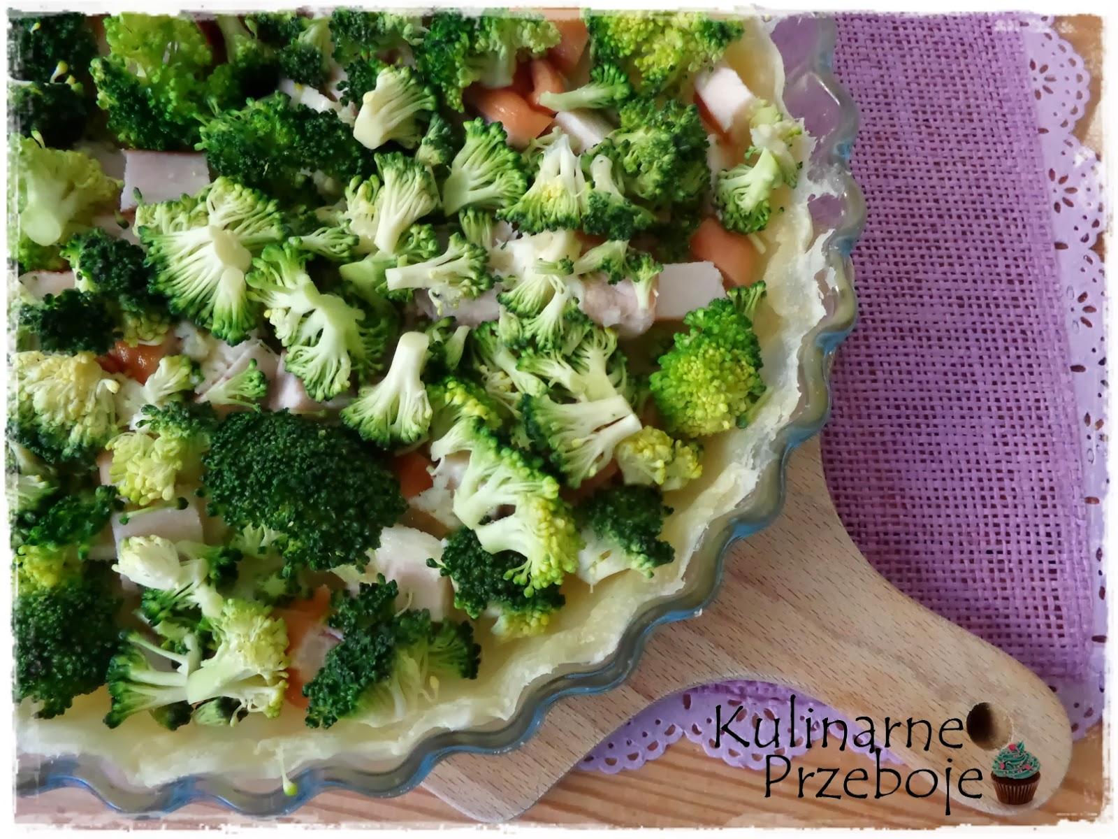 Tarta z ciasta francuskiego, z brokułem, mozzarellą i wędzonym kurczakiem