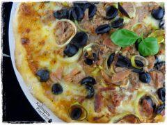 Pizza z tuńczykiem, oliwkami i porem