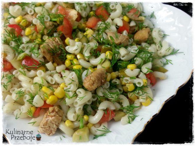 Sałatka z makaronem mini kolanka, kurczakiem gyros, papryką, kukurydzą i ogórkiem konserwowym