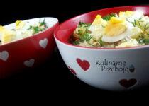 Sałatka z kabanosami, ziemniakami, jajkiem, rzodkiewką, cebulą, szczypiorkiem i koperkiem