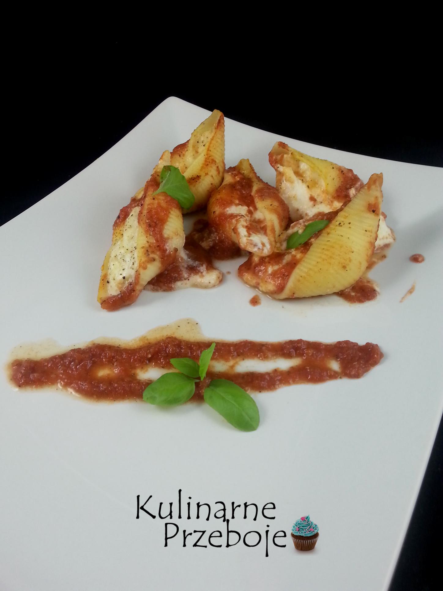Mozzarella i inne sery w muszlach makaronowych conchiglioni