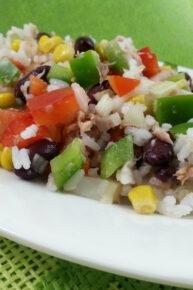Sałatka z tuńczykiem, ryżem i czerwoną fasolą