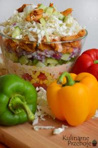 Sałatka Gyros ognista z kapustą pekińska, kurczakiem, pomidorem, majonezem i kukurydzą