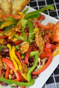 Sałatka meksykańska z kurczakiem i pomidorami