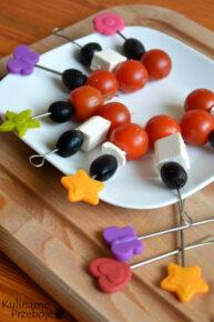 Koreczki na imprezę z oliwkami, serem feta i pomidorkami
