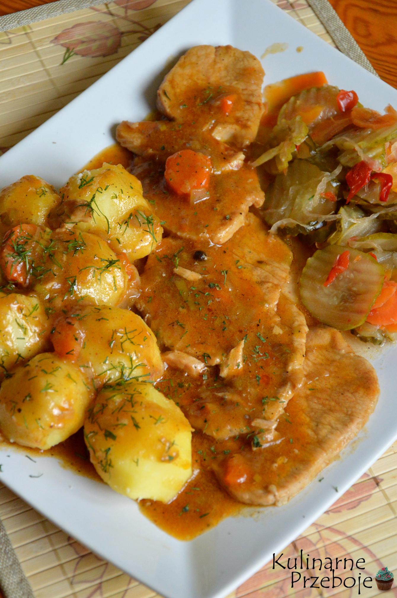 Pyszny obiad, schab duszony z porem, cebulą, marchewką i przyprawami
