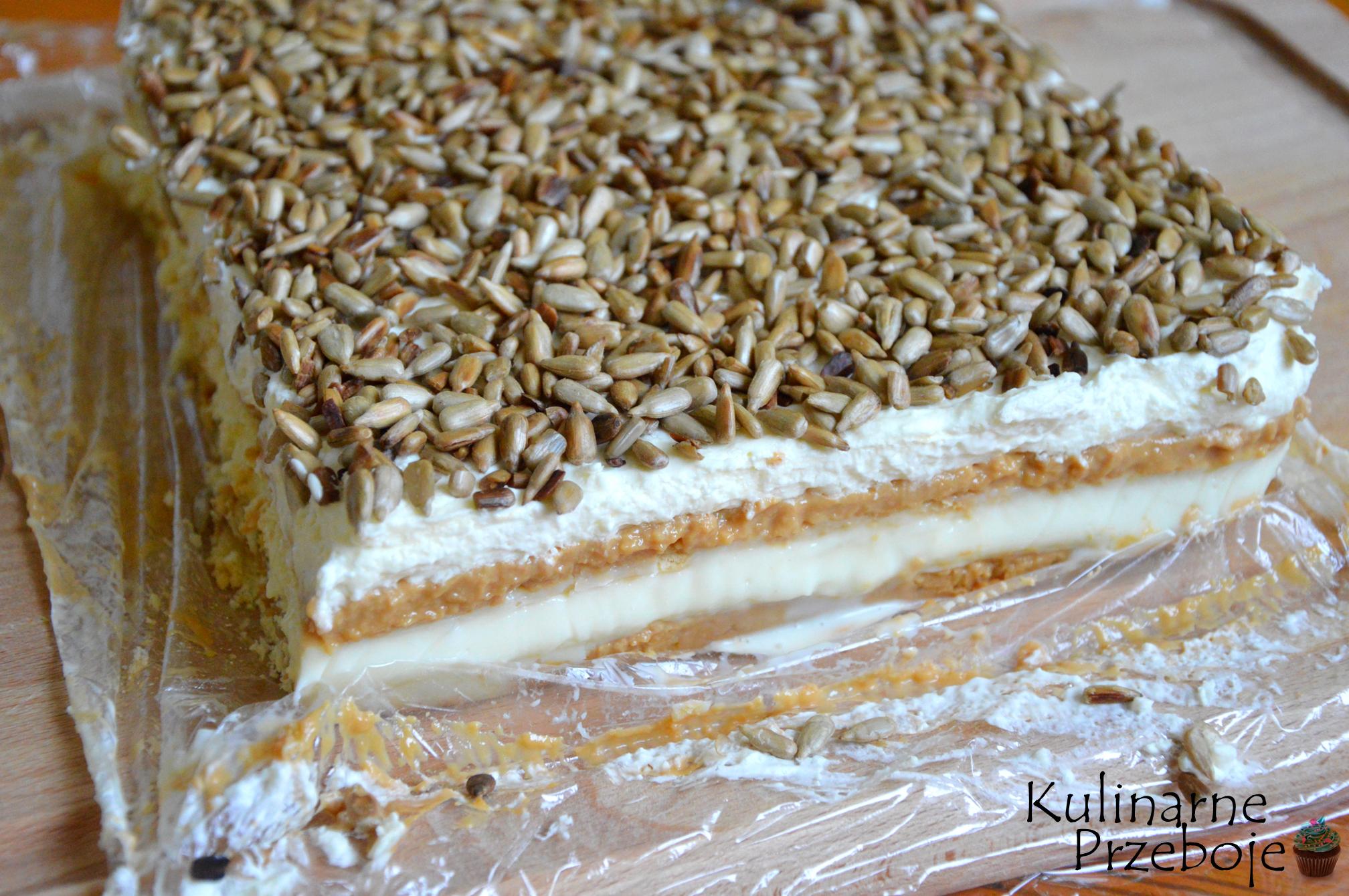 Blok ciasta bez pieczenia z prażonym słonecznikiem i masą krówkową