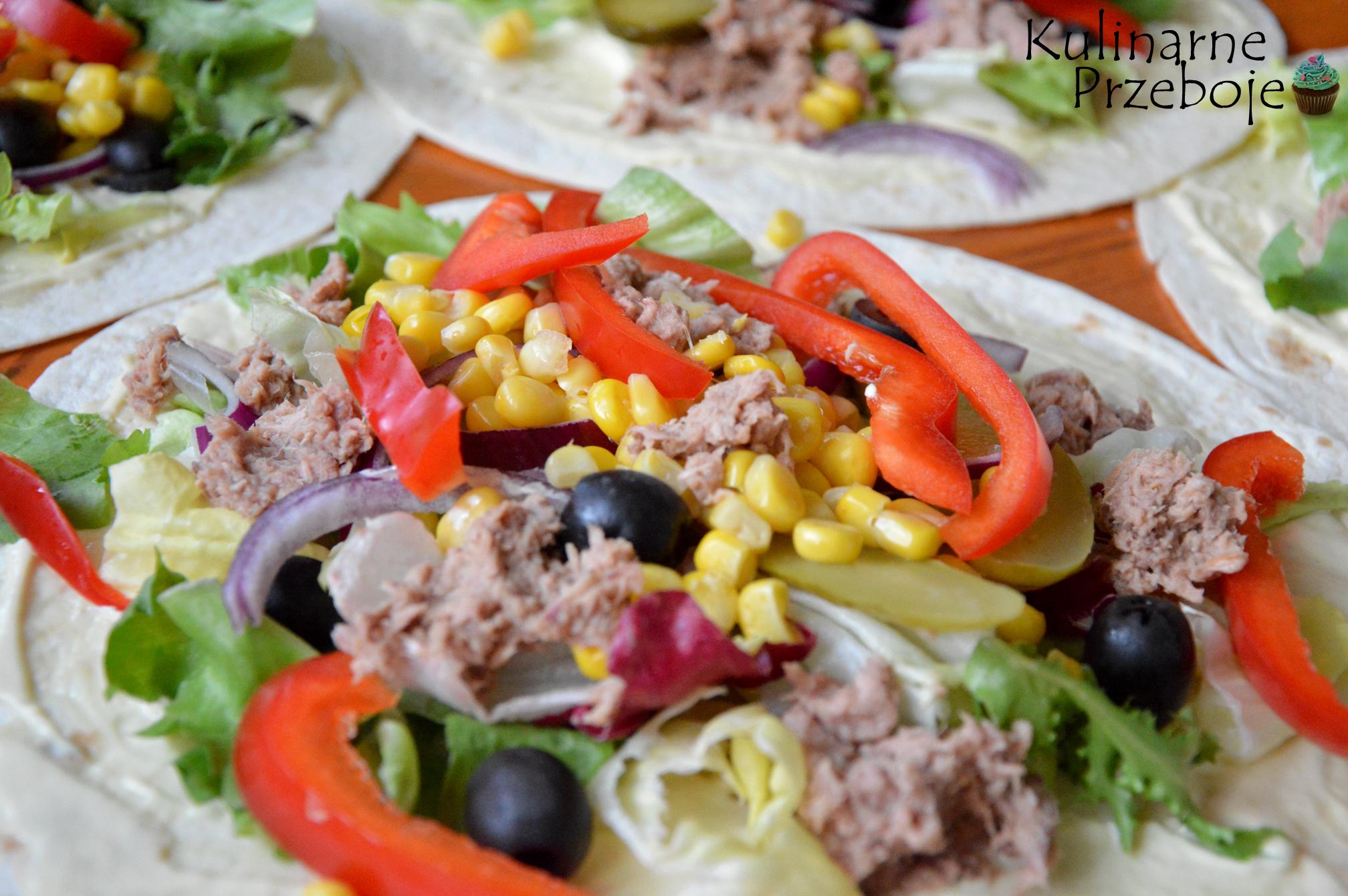 Tortilla z tuńczykiem - zdjęcie tortilli przed zawinięciem