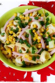 Sałatka z tortellini, ogórkiem, szynką, kukurydzą, żółtym serem i szczypiorkiem
