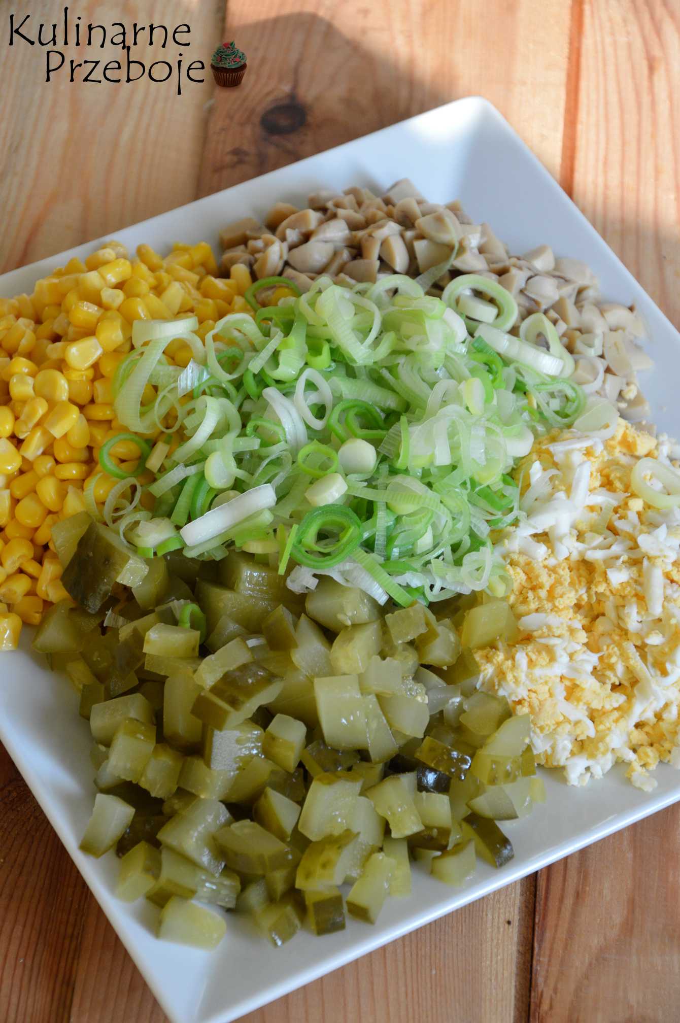 Sałatka z marynowanymi pieczarkami i porem składniki na talerzu