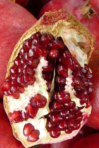 Słodkie owoce granatu