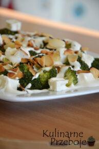 Pyszna sałatka z migdałami, brokułem i serem feta