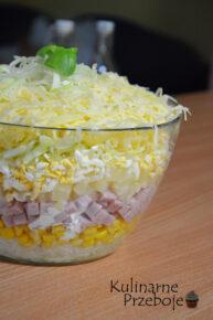 Kolorowa warstwowa sałatka z szynką i ananasem