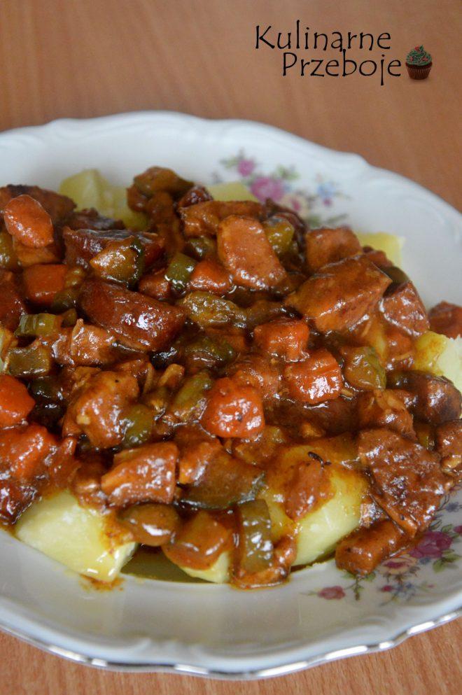Gulasz ze schabu z ziemniakami na talerzu
