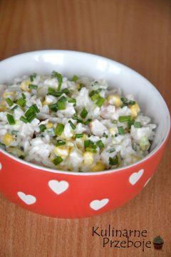 Pyszna delikatna sałatka z wędzonej piersi z kurczaka z ryżem i ananasem