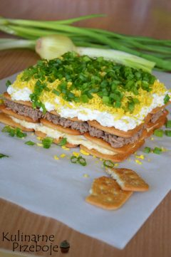 Pomysłowy i efektowny tuńczyk na krakersach z jajkiem i serem