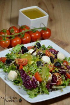 Lekka sałatka z mix'u sałat z kuleczkami mozzarelli, pomidorków koktajlowych i czarnych oliwek z dodatkiem sosu musztardowo-miodowego.