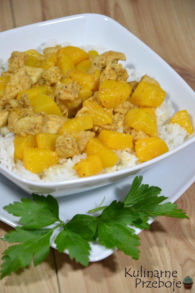 Piersi z kurczaka w brzoskwiniach z białym ryżem na obiad