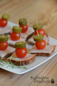 Mini kanapeczki z szynką, ogórkiem i pomidorkami koktajlowymi