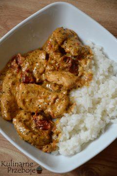 Kurczak w kremowym sosie z suszonymi pomidorami i białym ryżem