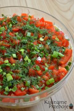 Szybka kolorowa sałatka z brokułem, kapustą pekińską i tuńczykiem