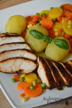 dietetyczny obiad pieczona pierś kurczaka