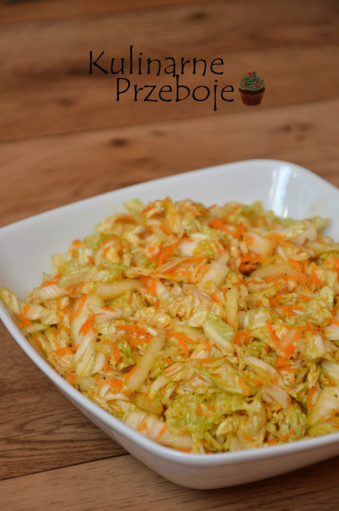 Szybka i kolorowa surówka z kapusty pekińskiej i marchewki z dodatkiem sosu sojowego