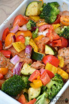 Szybkie i zdrowe pieczone filety kurczaka z warzywami