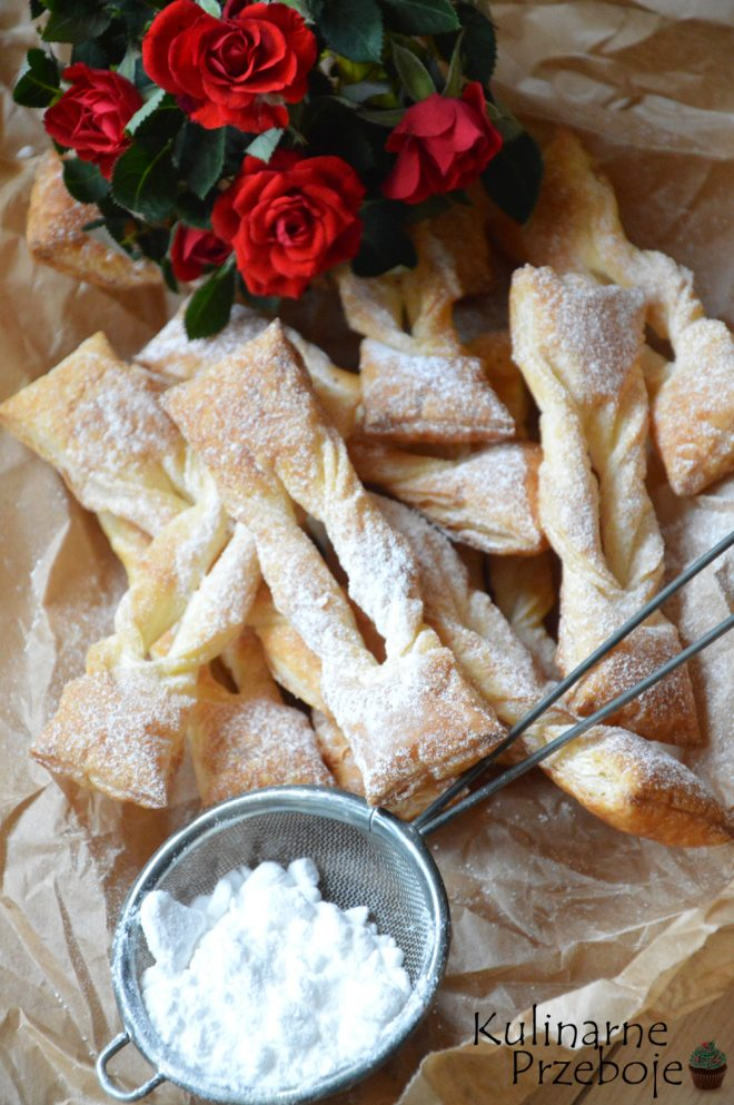 Faworki dla leniwych na cieście francuskim w posypce z cukru pudru