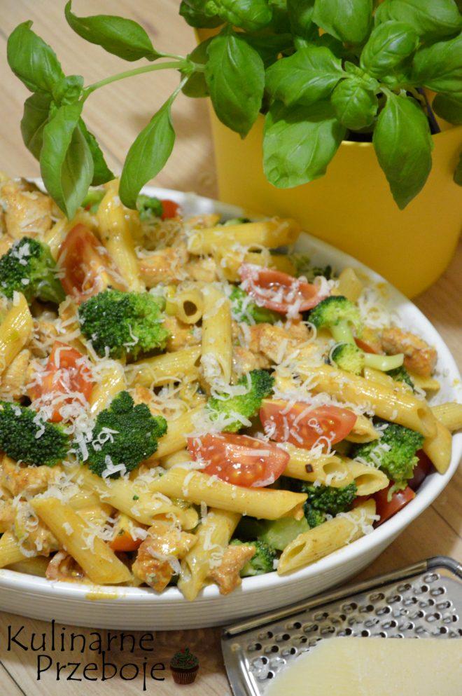 Zapiekanka makaronowa z kurczakiem, brokułem i serem Gorgonzola