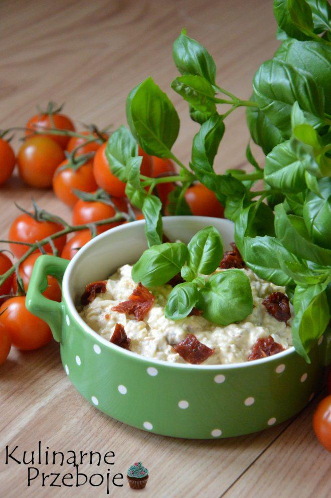 Delikatna pyszna pasta jajeczna z pomidorami