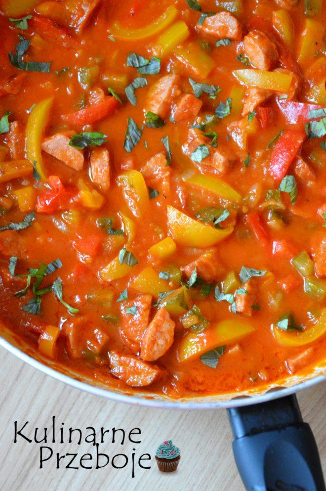 Leczo z 400 gram kiełbasy śląskiej z żółtą i czerwoną papryką z dodatkiem cebuli i pomidorów z puszki