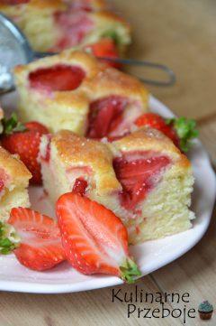 Szybkie ciasto jogurtowe ze świeżymi truskawkami