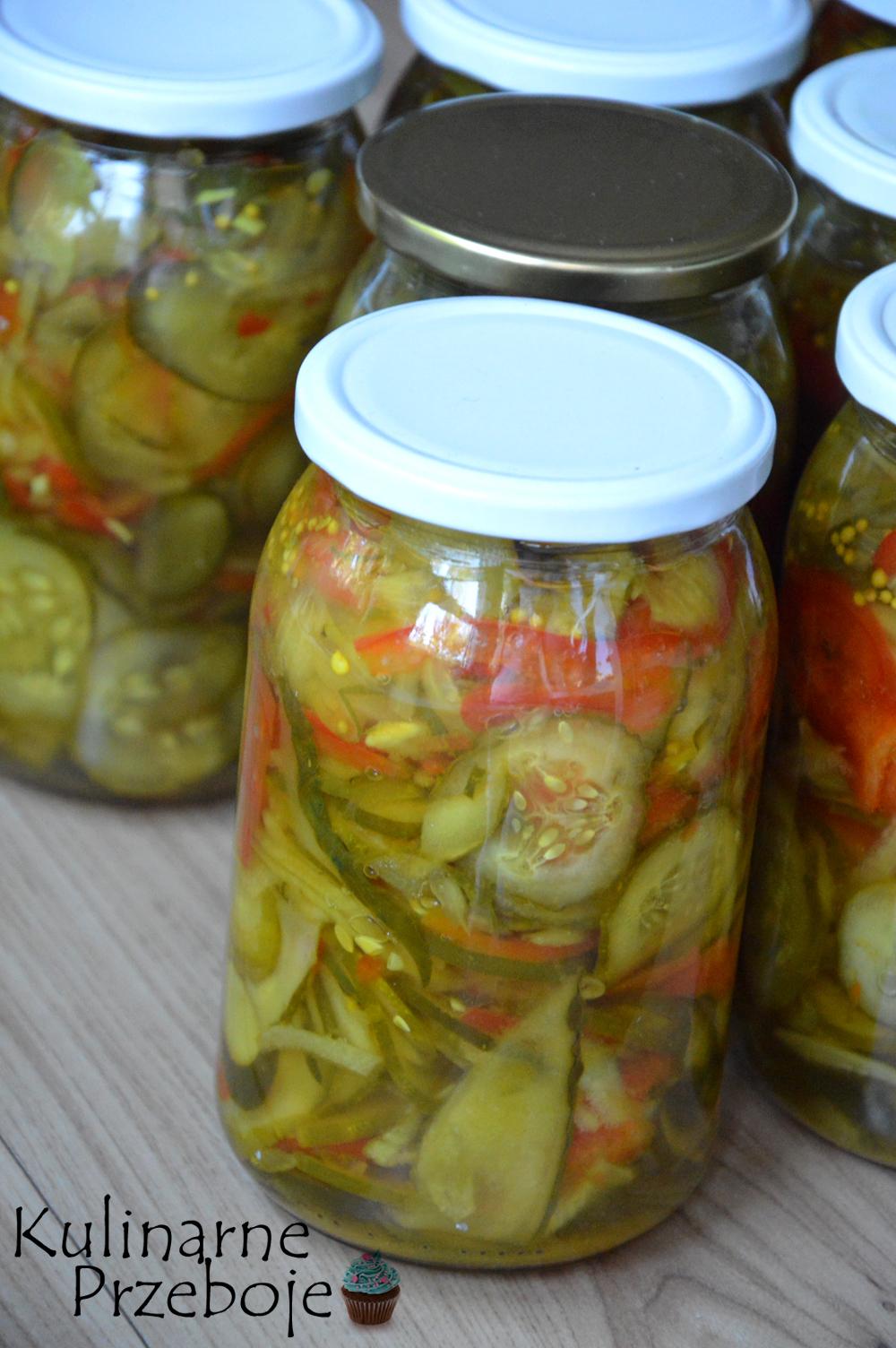 Sałatka z ogórków i papryki w kurkumie