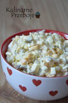 Szybka i smakowita sałatka z pora, jajek, jabłka, ogórka i kukurydzy konserwowej z dodatkiem musztardy i majonezu