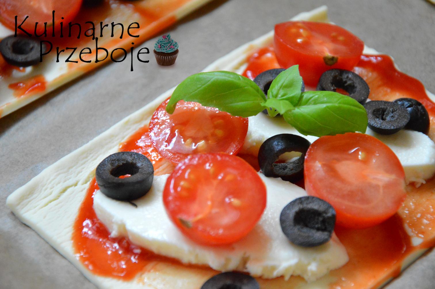 Pizzerinki z ciastem francuskim i pomidorkami - przygotowanie