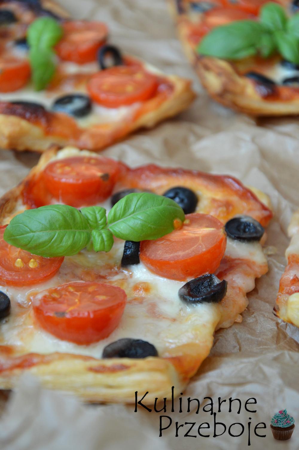 Ciasto francuskie z pomidorkami i oliwkami, pizzerinki