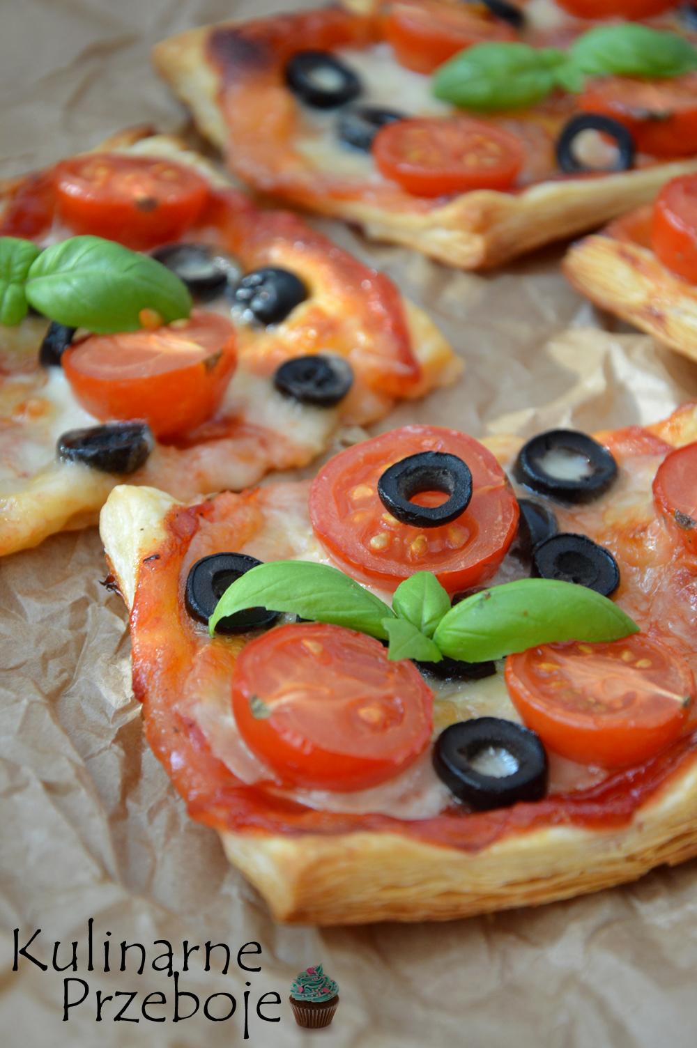 Zielona bazylia na pizzerinkach z ciasta francuskiego