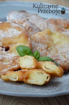 Słodkie placki z jabłkami w plasterkach.