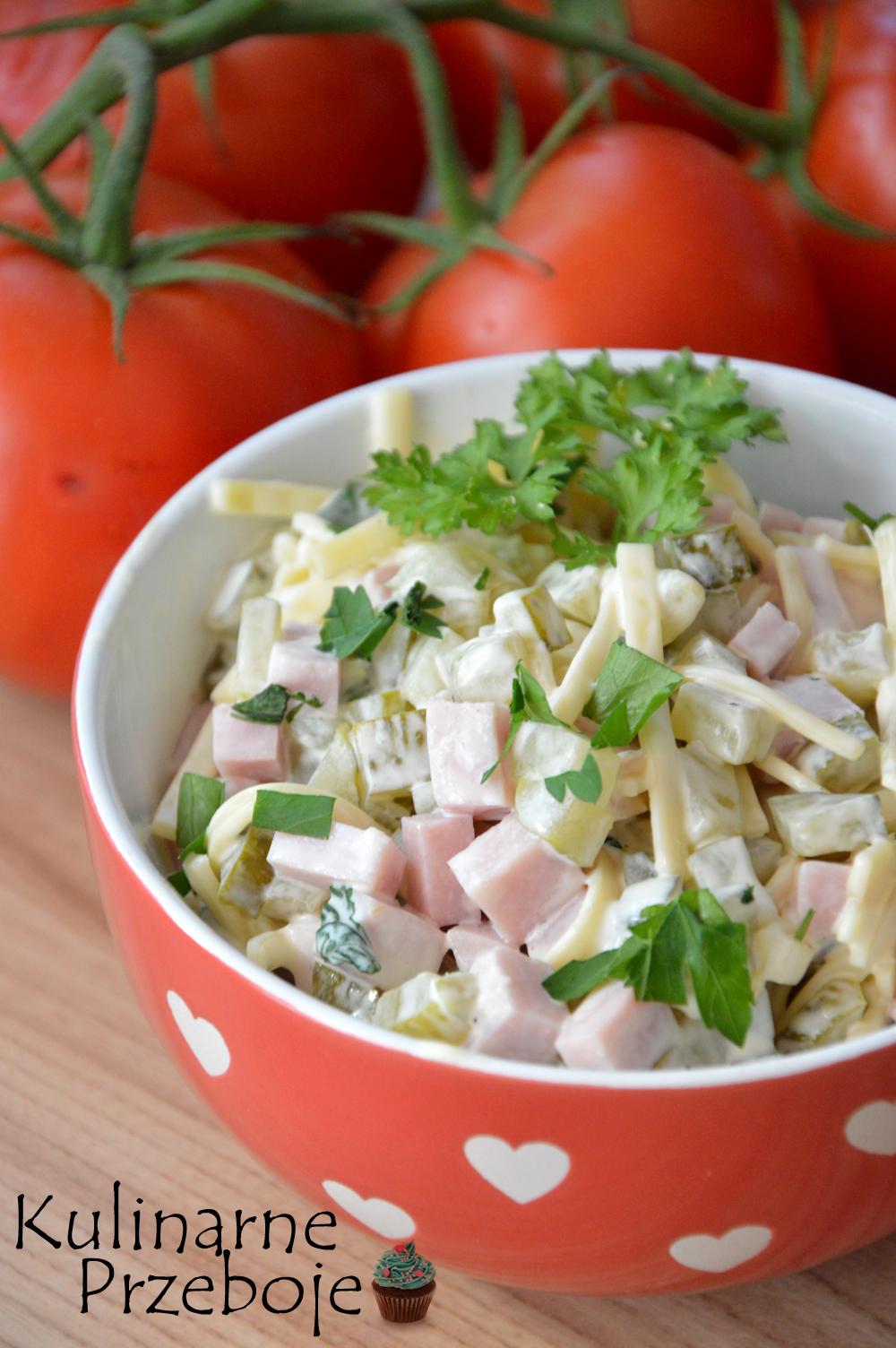 Pyszna sałatka z serem, ogórkiem konserwowym i szynką