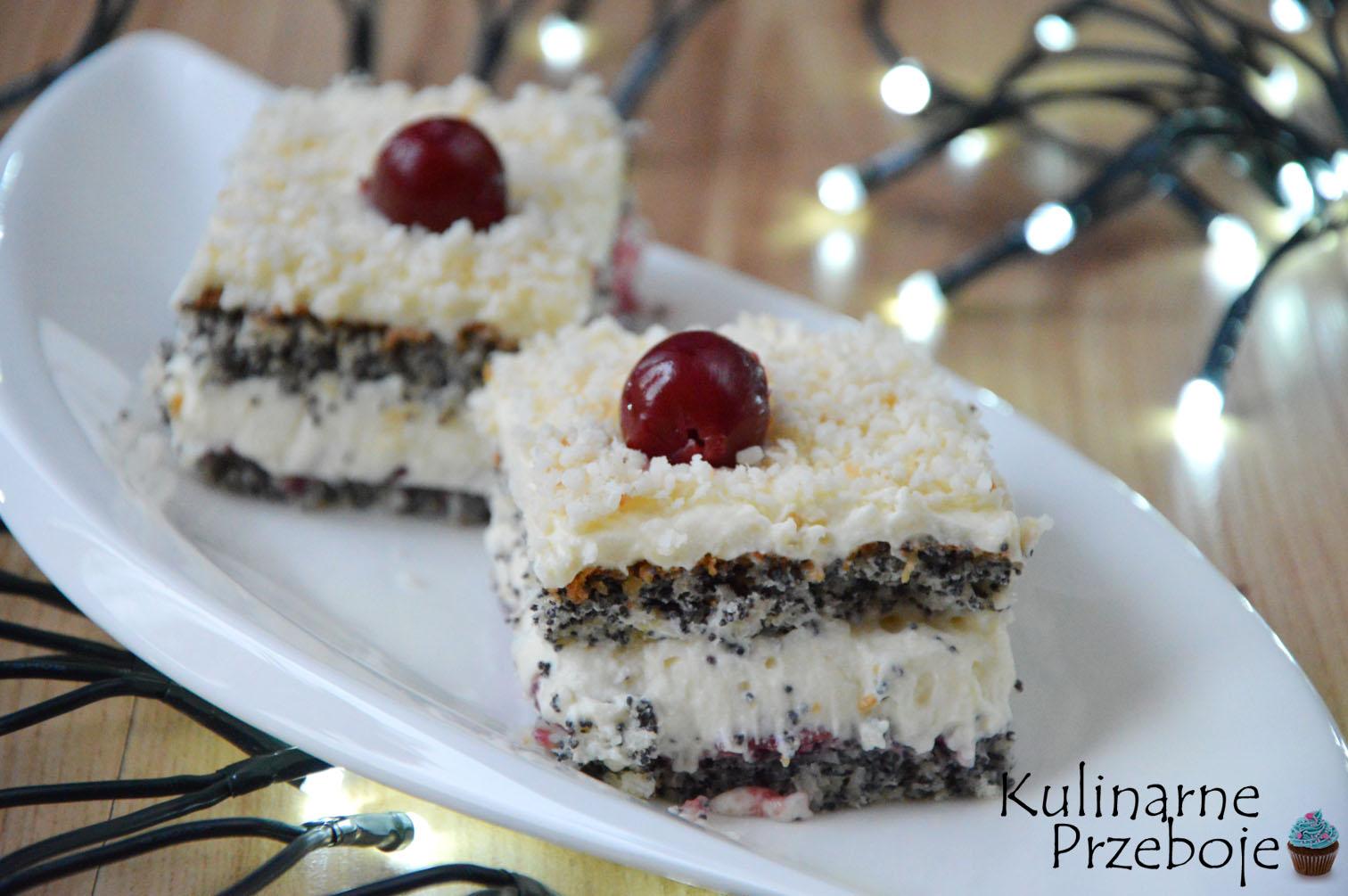 Dwa kawałki ciasta z makiem, wiórkami kokosowymi i wiśnią