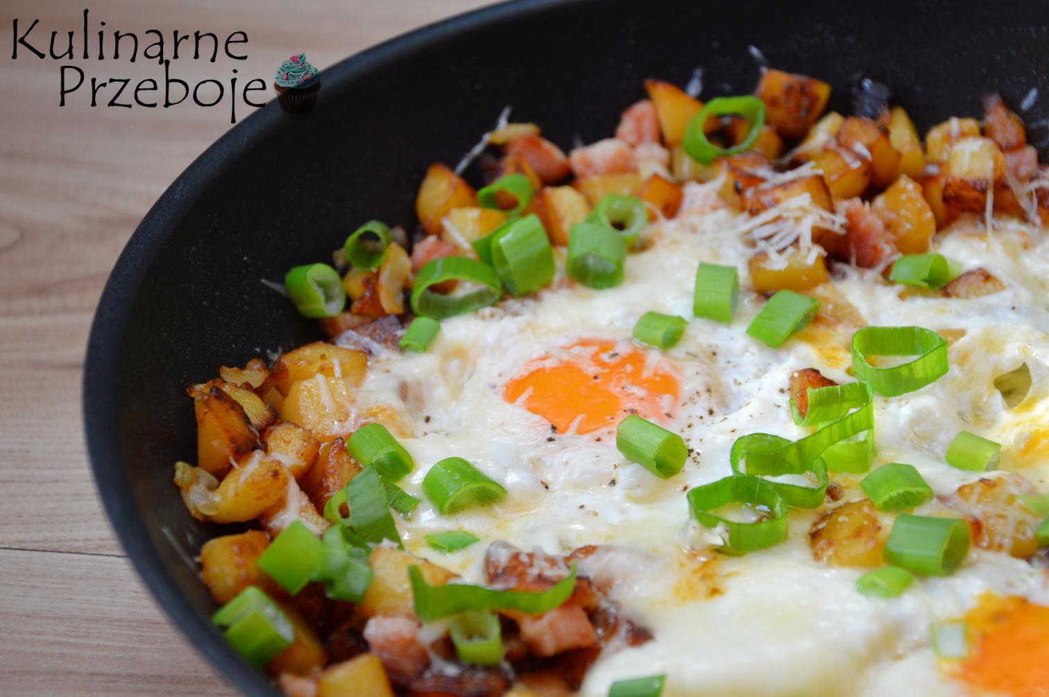 Jajka zapiekane w smażonych ziemniaczkach i boczku