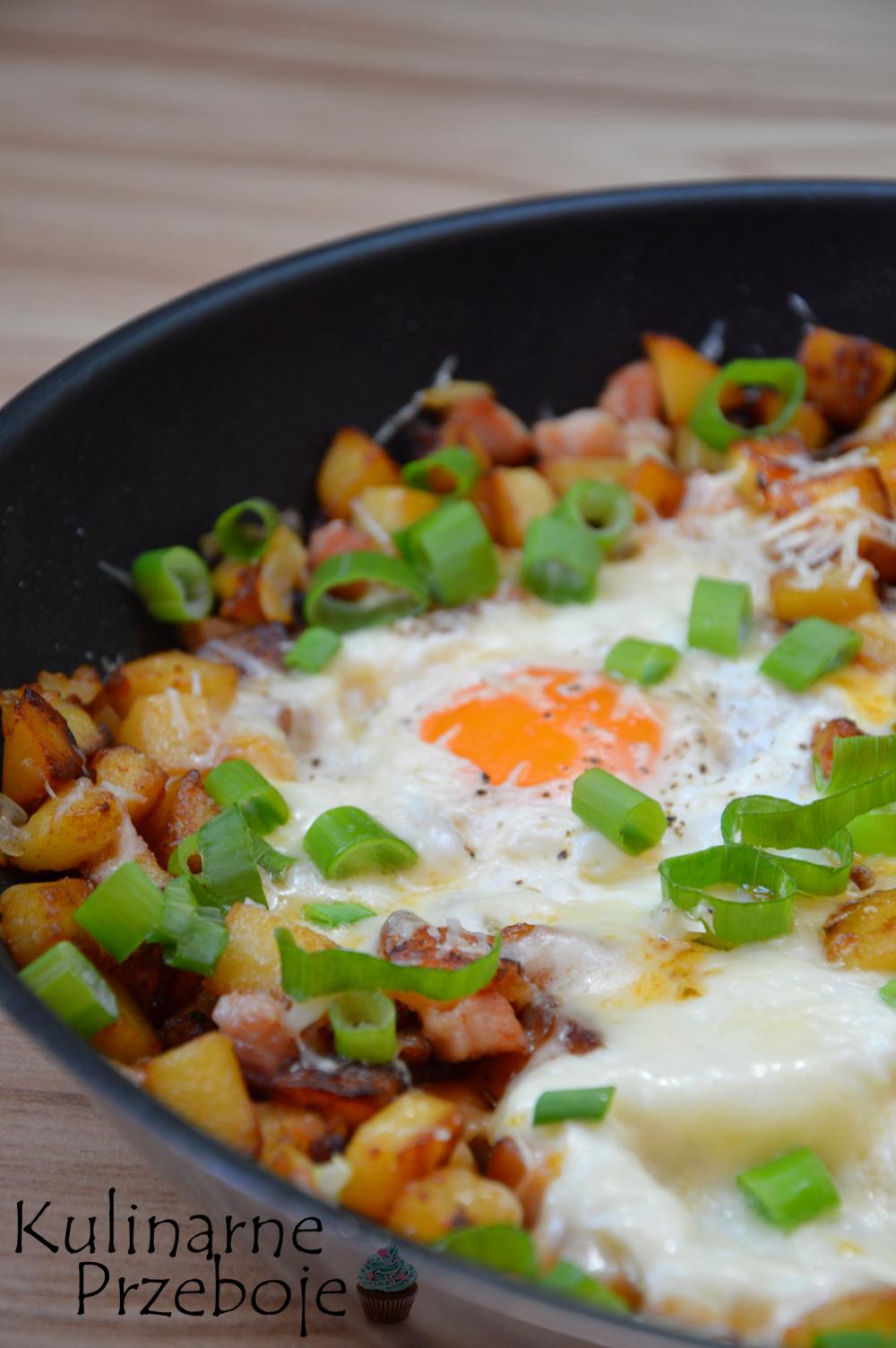 Prosty i szybki obiad z jajek, ziemniaków i boczku na patelni