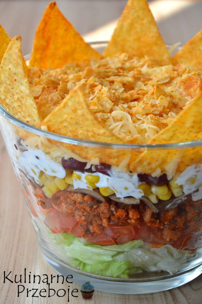 Imprezowa sałatka meksykański Król z mięsem mielonym i nachosami lub tortillą
