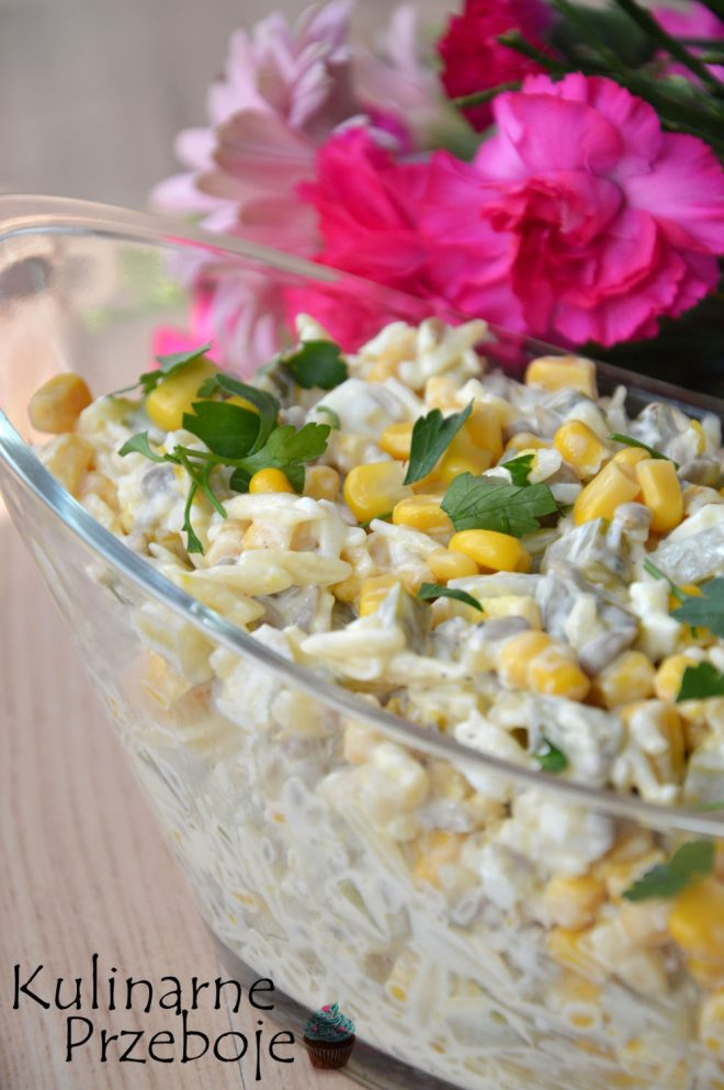 Chrupiąca sałatka z makaronem, jajkami i prażonym słonecznikiem w roli głównej