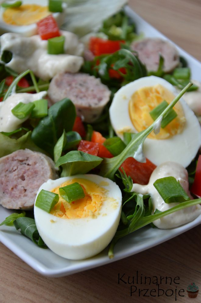 Sałatka z jajkami, białą kiełbasą, roszponką, rukolą i majonezem w sam raz na Wielkanoc