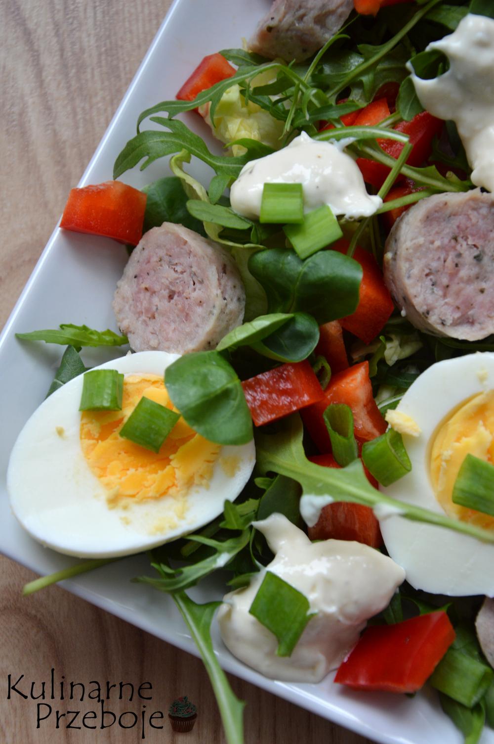 Kolorowa prosta sałatka z jajkami i majonezem