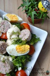 Pyszna kolorowa sałatka z brokułem, białą kiełbasą i jajkiem. Idealna na Wielkanoc.