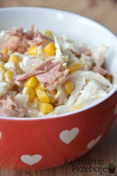 Sałatka z kapusty pekińskiej z tuńczykiem, kukurydzą i majonezem